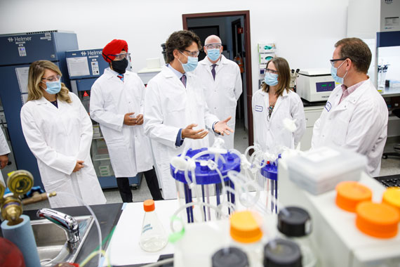 Prime Minister Justin Trudeau and Minister Bains visit the NRC's clinical trial manufacturing facility in Montréal.